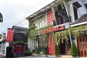 RedDoorz Plus near Hartono Mall
