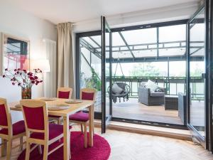 City apartment with superb location and riverside terrace adjacent