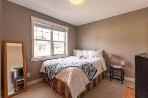 MT-Calgary Townhome, 90min to Banff, Full Kitchen, 30min Airport, WD, Smart TV