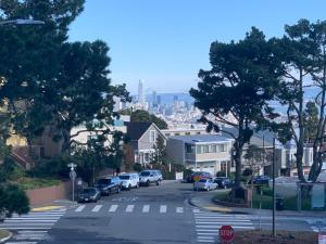Sunny, private room in a nice house on Diamond Heights! Safeway right near by!