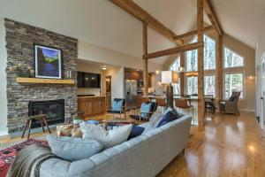 Designer Home with Fire Pit, 70 Steps to Slopes! - Hotel - Wintergreen