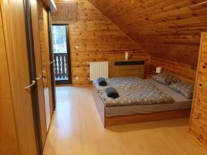 Chata Górska Sowa dla 12 osób 4 sypialniesalon z kominkiem