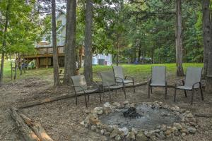Lakefront Blue Eye Cottage with Hot Tub & Fire Pit!, Prázdninové domy - Blue Eye
