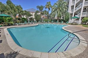 Beachfront Galveston Condo with Pool & Ocean Views!, Дома для отпуска - Галвестон