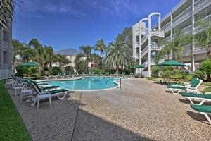 Beachfront Galveston Condo with Pool & Ocean Views!, Дома для отпуска  Галвестон - big - 22