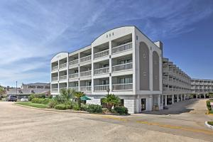 Beachfront Galveston Condo with Pool & Ocean Views!, Дома для отпуска  Галвестон - big - 19