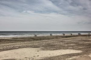 Beachfront Galveston Condo with Pool & Ocean Views!, Дома для отпуска  Галвестон - big - 25
