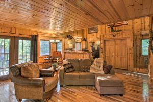 Cabin on Table Rock Lake with Hot Tub & Fire Pit!, Dovolenkové domy  Blue Eye - big - 15