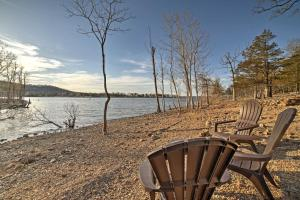 Cabin on Table Rock Lake with Hot Tub & Fire Pit!, Dovolenkové domy  Blue Eye - big - 21