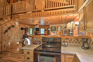 Cabin on Table Rock Lake with Hot Tub & Fire Pit!, Dovolenkové domy  Blue Eye - big - 9