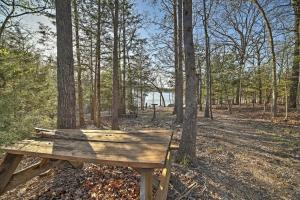 Cabin on Table Rock Lake with Hot Tub & Fire Pit!, Dovolenkové domy  Blue Eye - big - 22