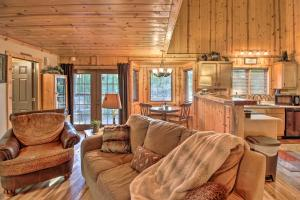 Cabin on Table Rock Lake with Hot Tub & Fire Pit!, Dovolenkové domy  Blue Eye - big - 13