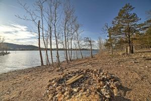 Cabin on Table Rock Lake with Hot Tub & Fire Pit!, Dovolenkové domy  Blue Eye - big - 20