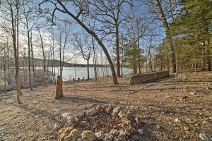 Cabin on Table Rock Lake with Hot Tub & Fire Pit!, Dovolenkové domy  Blue Eye - big - 32