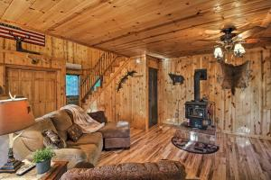 Cabin on Table Rock Lake with Hot Tub & Fire Pit!, Dovolenkové domy  Blue Eye - big - 14