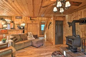Cabin on Table Rock Lake with Hot Tub & Fire Pit!, Dovolenkové domy  Blue Eye - big - 12