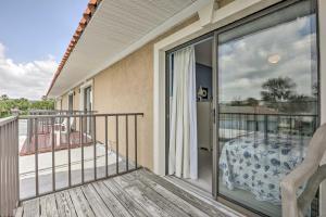 Townhome on St. Augustine Beach w/ Pool & Patio!, Prázdninové domy  Coquina Gables - big - 18