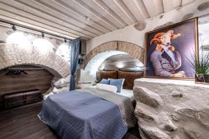 UNESCO Hidden Arches – Restored 3 Bedroom Apartment in the Historic Pilies St