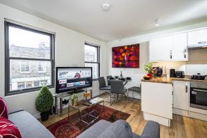 Incredible Light Filled Studio Apartment + Free Parking Sleeps 4