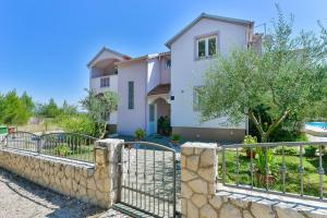 Family friendly apartments with a swimming pool Zadar - 18098
