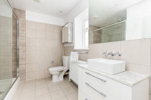Fabulous 2 bed 2 bath with air con + garden, Apartments  London - big - 5