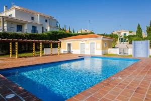 obrázek - One Bedroom Fantastic sunset by the swimming pool, lift and garage!