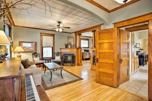 obrázek - Cozy, Updated Home by Fountain Lake & Main St