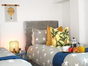 Stunning Sea View Beach Location Garden Parking Netflix Fast WiFi Smart TV Beautiful 3 Bedroom Apartment sleeps up to 8