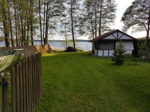 PlanB przyczepa kempingowa we wsi Pluski nad samym brzegiem jeziora Pluszne