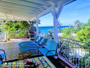 Appartement de 2 chambres a DESHAIES avec magnifique vue sur la mer terrasse et WiFi a 500 m de la plage