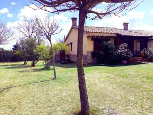 House with 3 bedrooms in Candeleda with wonderful mountain view and enclosed garden, Мадрид
