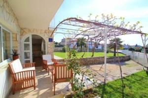 Apartment with one bedroom in Novigrad with enclosed garden and WiFi 400 m from the beach