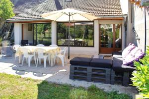 Location gîte, chambres d'hotes House with 3 bedrooms in Cleyzieu with wonderful mountain view and furnished garden 30 km from the slopes dans le département Ain 1