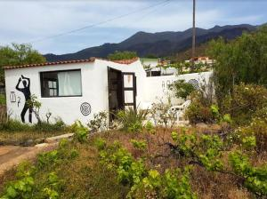 House with one bedroom in Los Llanos with wonderful mountain view and furnished garden 9 km from the beach