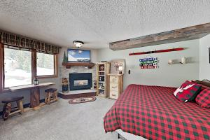 Ski-In/Ski-Out Condo: Balcony, Fireplace & Hot Tub condo