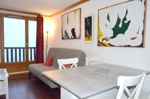 Apartment with 2 bedrooms in Besse et Saint Anastaise with wonderful mountain view shared pool and WiFi