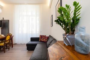 Large 2BR 2BA apartment with balcony near Opera and Trevi - abcRoma.com