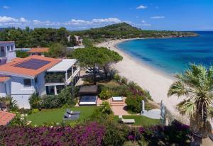 Lussuoso appartamento sulla spiaggia di Nora con jacuzzi e giardino