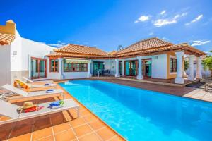 Corralejo Villa Sleeps 4 with Pool Air Con and WiFi