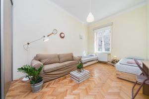 Amazing Rustical 4 Bedroom Central Apartment 10 min to the Market Square 2 Min Food Market