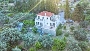 3-BDR Oasis Home - Steps Away from Menites Springs Andros Greece