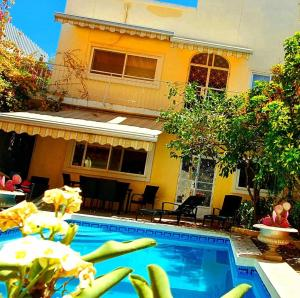 Bohemian Homestay in home with pool and friendly cats