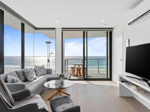 Ocean Views Apartment with Rooftop Pool