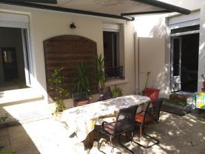 Location gîte, chambres d'hotes cosy rare 2 bedroom apartment around a private garden dans le département Haut de seine 92