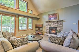 Pocono Family Home with Hot Tub Walk to Lake and Pool - Hotel - Albrightsville