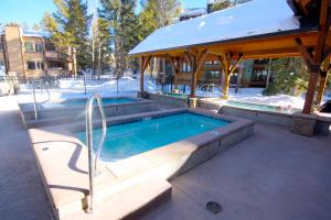 Pinecreek #I - 1 BR - Close to Town - Shuttle to Slopes - Pool and Hot Tub Access