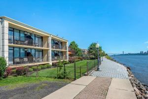 Comfort Inn Edgewater on Hudson River