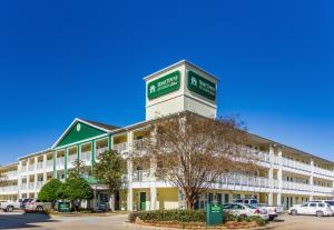 HomeTowne Studios by Red Roof Houston - West Oaks