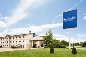Travelodge by Wyndham Clinton Valley West Court - Hotel - Clinton