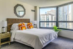 3BR Exquisite Lake View Loft w/ Parking in Building